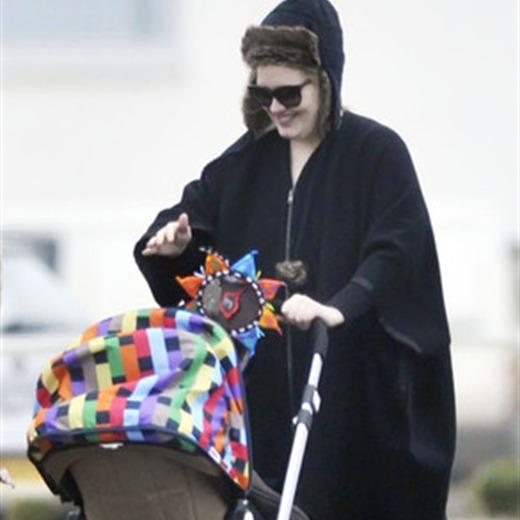 Adele pasea con su bebé