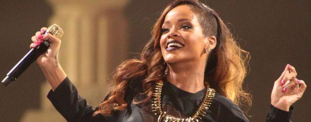 Le revolearon un corpiño a Rihanna