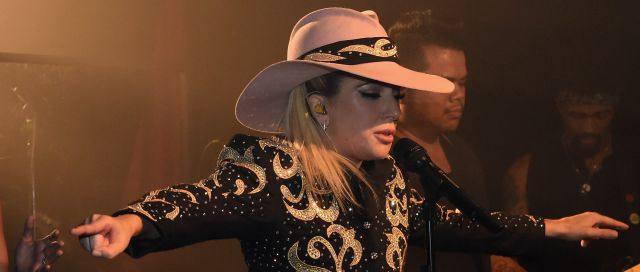 Lady Gaga cantó de sopresa en un bar de Nashville!