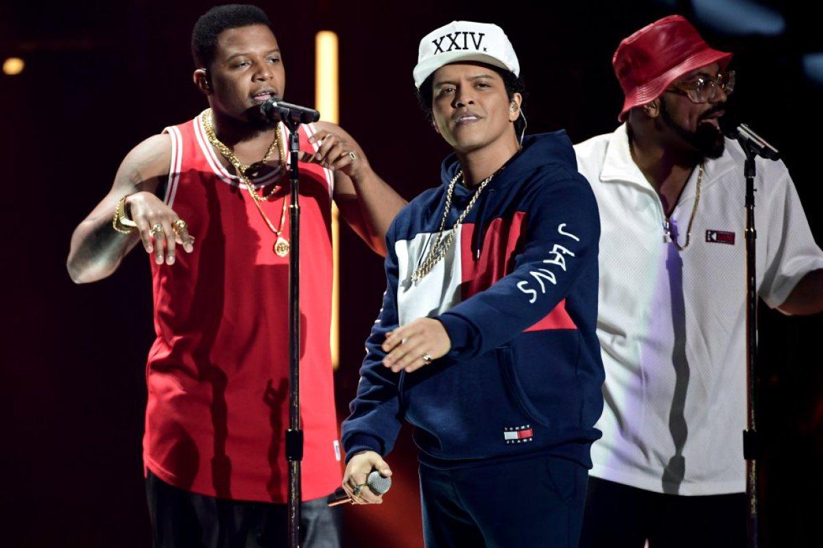 Bruno Mars se presento en vivo