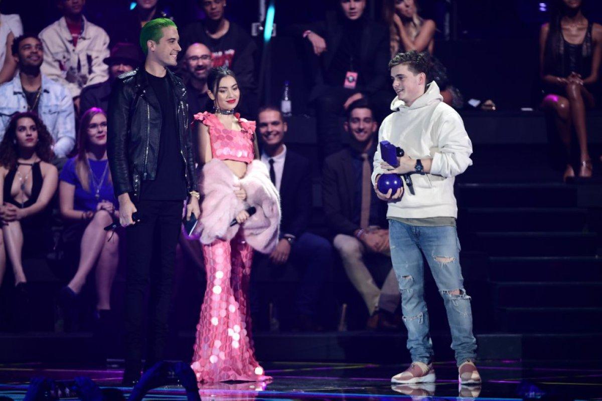 Martin Garrix reicibió un premio de manos de Charlie XCX y G-Eazy