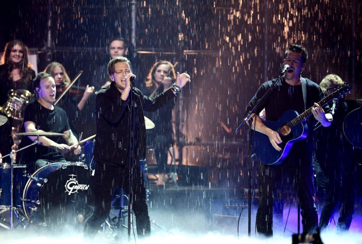 One Republic cantó bajo la lluvia!