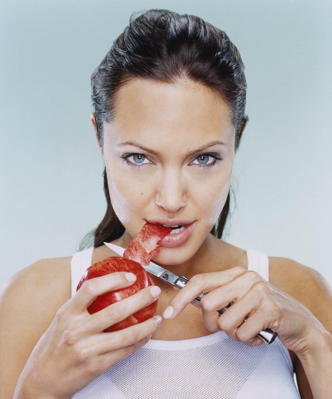 Angelina Jolie colecciona cuchillos y dagas
