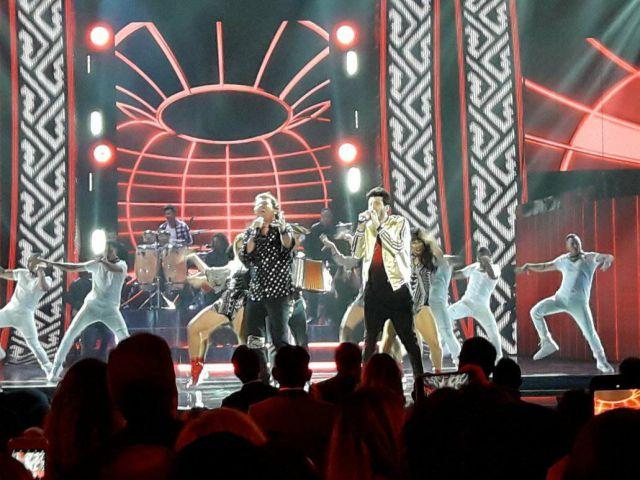 Bomba Esteréo y su polémica presentación junto a Luis Fonsi — Latin Grammy